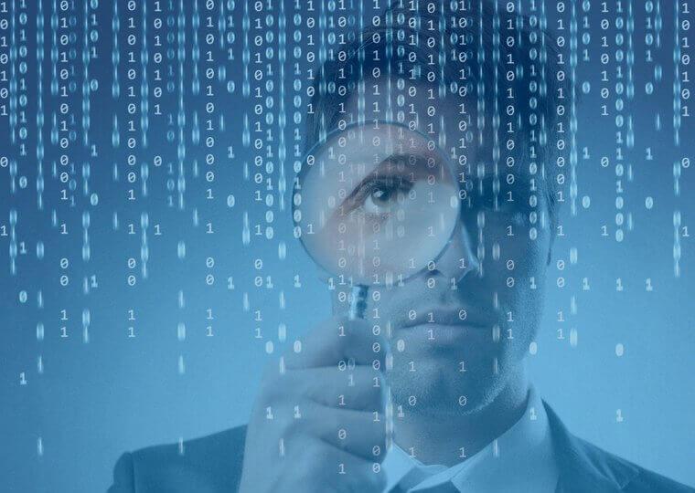 Homem com lupa em espaço binário